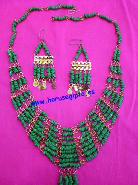 Collar verde con pendientes